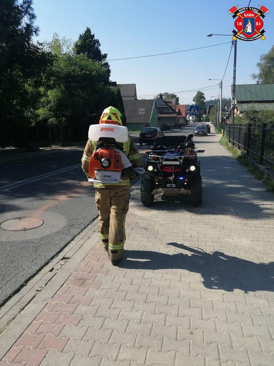 Na os. Gazdy strażacy usuwali plamę oleju