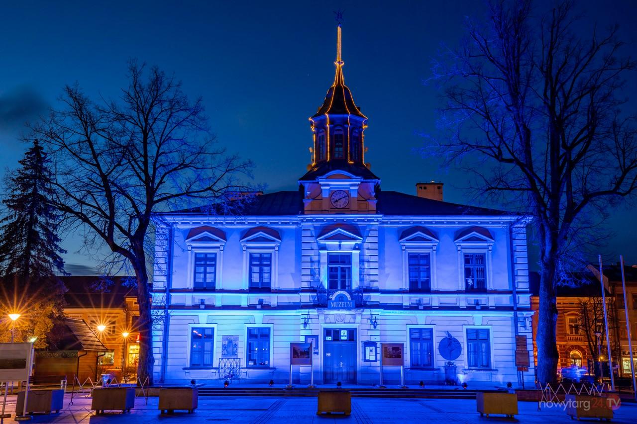 Ratusz podświetlony na niebiesko. To w ramach obchodzonego dziś w mieście Światowego Dnia Świadomości Autyzmu