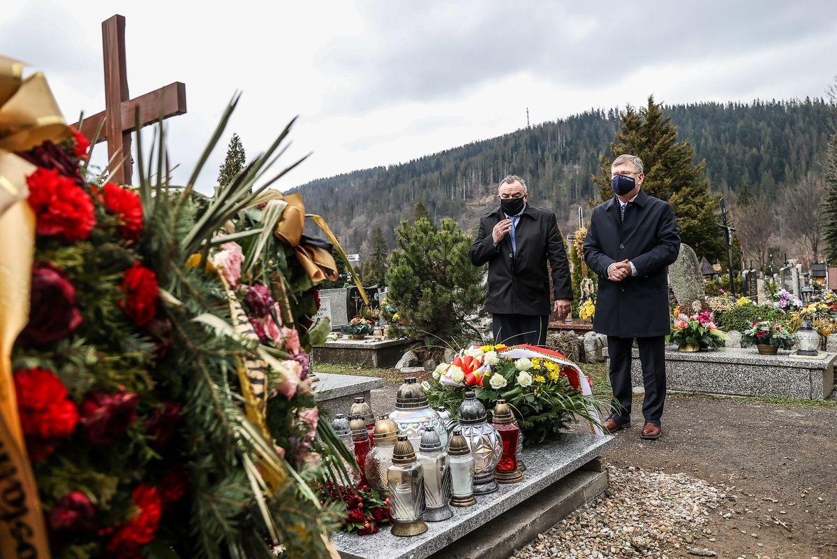 Marszałek Witold Kozłowski złożył kwiaty na grobie Jerzego Zacharki