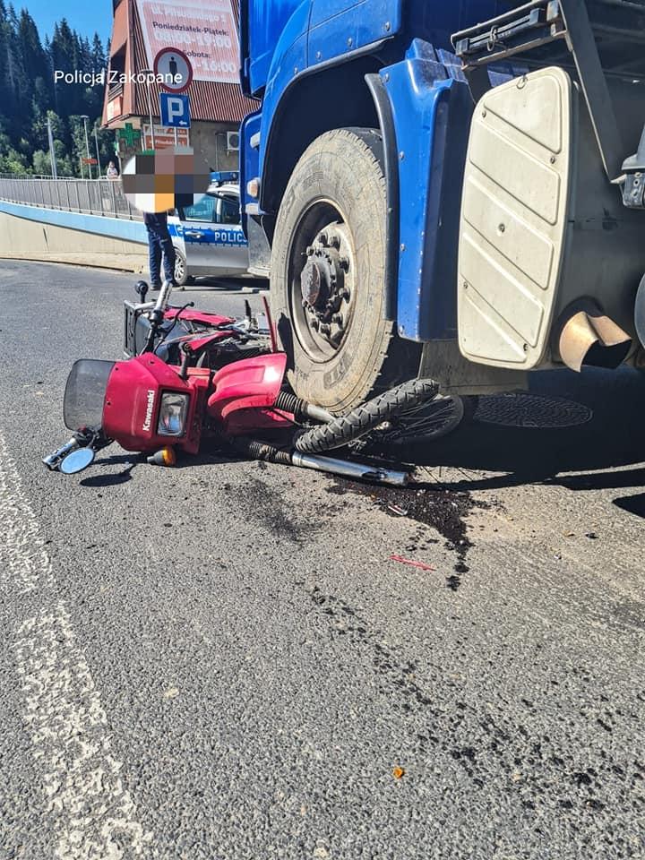Wypadek w Poroninie. Motocyklista wpadł pod ciężarówkę