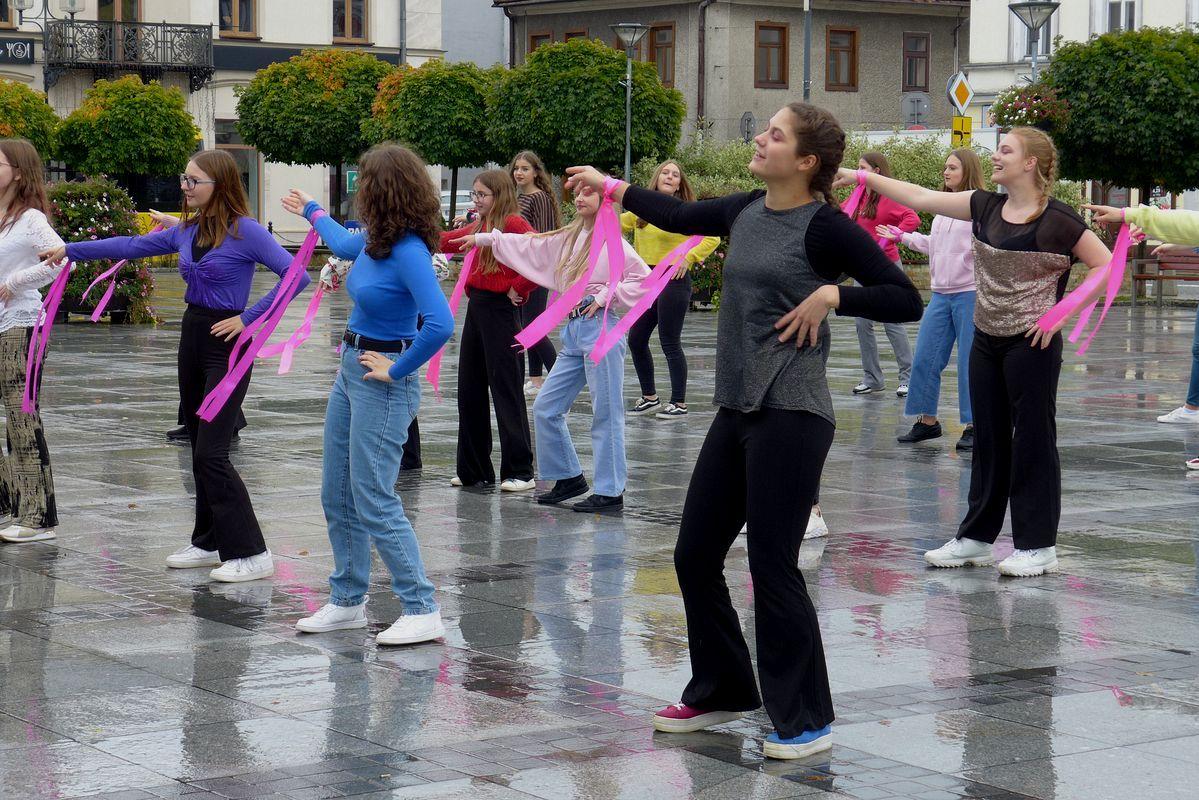 Różowy październik – taneczny happening na rynku